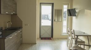 Mini virtuvėlė ir išėjimas į terasą